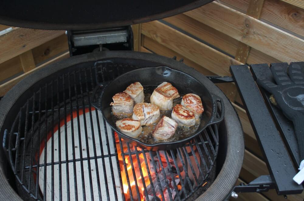 Die Medaillons werden in der Pfanne angebraten schweinefilet-medaillons in zwiebel-rahmsauce-Schweinefilet Medaillons in Zwiebel Rahmsauce 04-Schweinefilet-Medaillons in Zwiebel-Rahmsauce