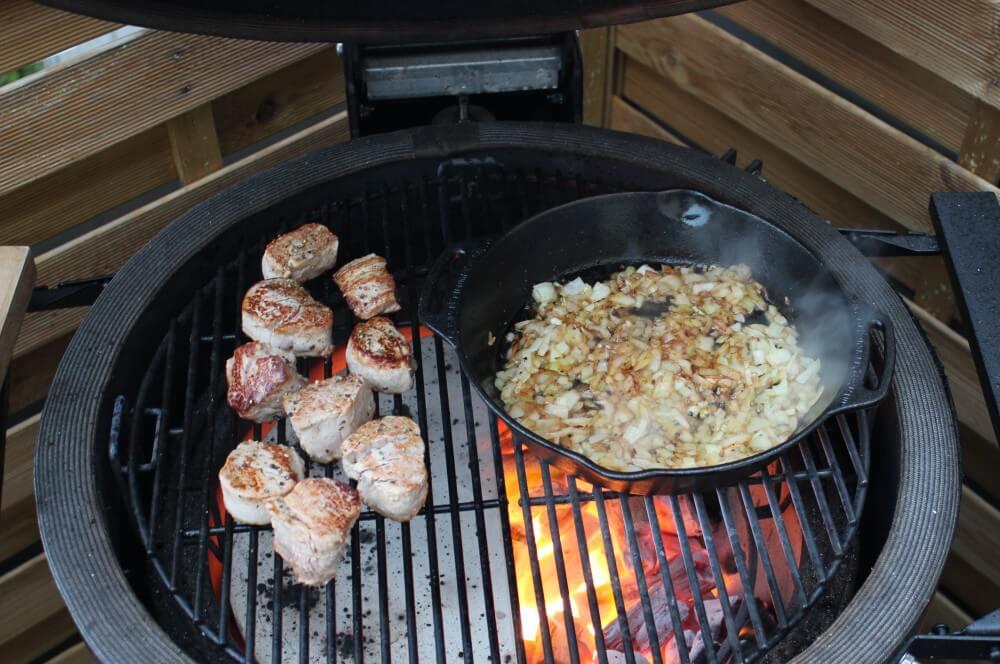 Die Medaillons garen indirekt nach schweinefilet-medaillons in zwiebel-rahmsauce-Schweinefilet Medaillons in Zwiebel Rahmsauce 05-Schweinefilet-Medaillons in Zwiebel-Rahmsauce