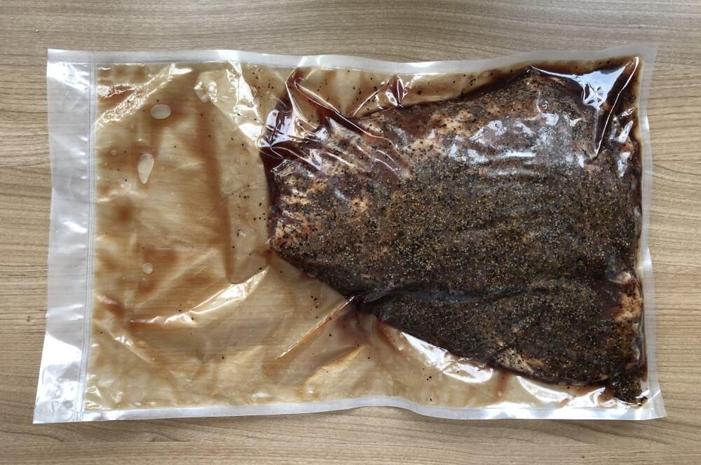 Nach 5 Tagen Pökelzeit hat sich Fleischsaft im Beutel gebildet pastrami flank steak-Pastrami Flank Steak 04-Pastrami Flank Steak