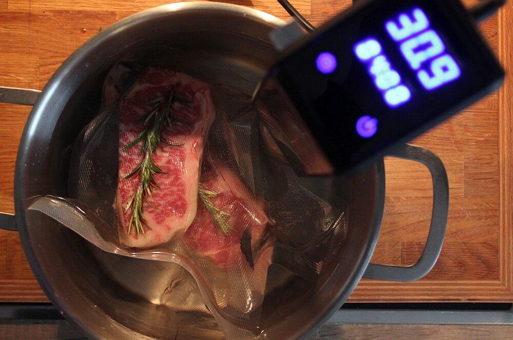 Die Steaks werden Sous Video gegart roastbeef mit grillgemüse-Roastbeef mit Grillgemuese vom OFB 06-Roastbeef mit Grillgemüse vom Elektro-O.F.B.