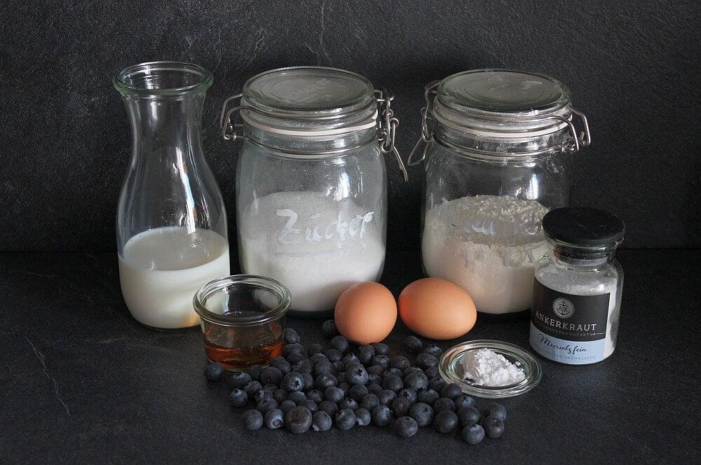 Alle Zutaten für Blaubeer-Pfannkuchen auf einen Blick blueberry pancakes-Blueberry Pancakes Pfannkuchen mit Blaubeeren 01-Blueberry Pancakes – Amerikanische Blaubeer-Pfannkuchen