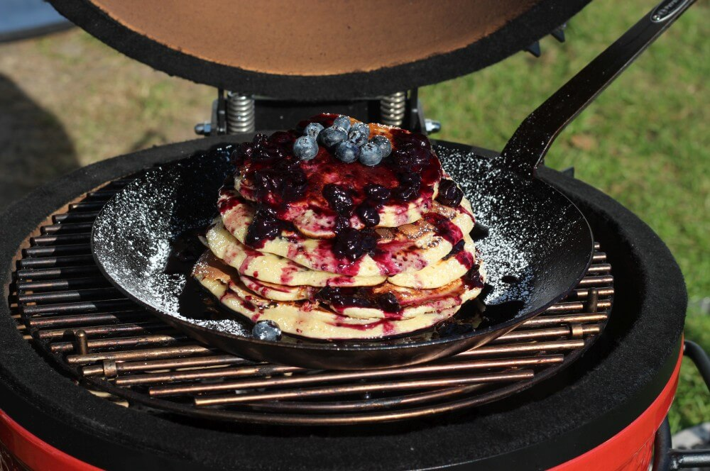 Blaubeer-Pancakes auf dem Kamado Joe Junior blueberry pancakes-Blueberry Pancakes Pfannkuchen mit Blaubeeren 03-Blueberry Pancakes – Amerikanische Blaubeer-Pfannkuchen