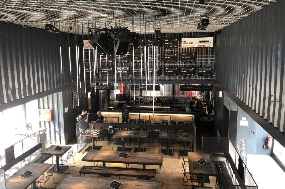 Blick in das Restaurant des BRLO Brwhouses brlo brwhouse-BRLO Brwhouse Berlin 06-BRLO Brwhouse Berlin – BBQ, Biergarten und mehr!