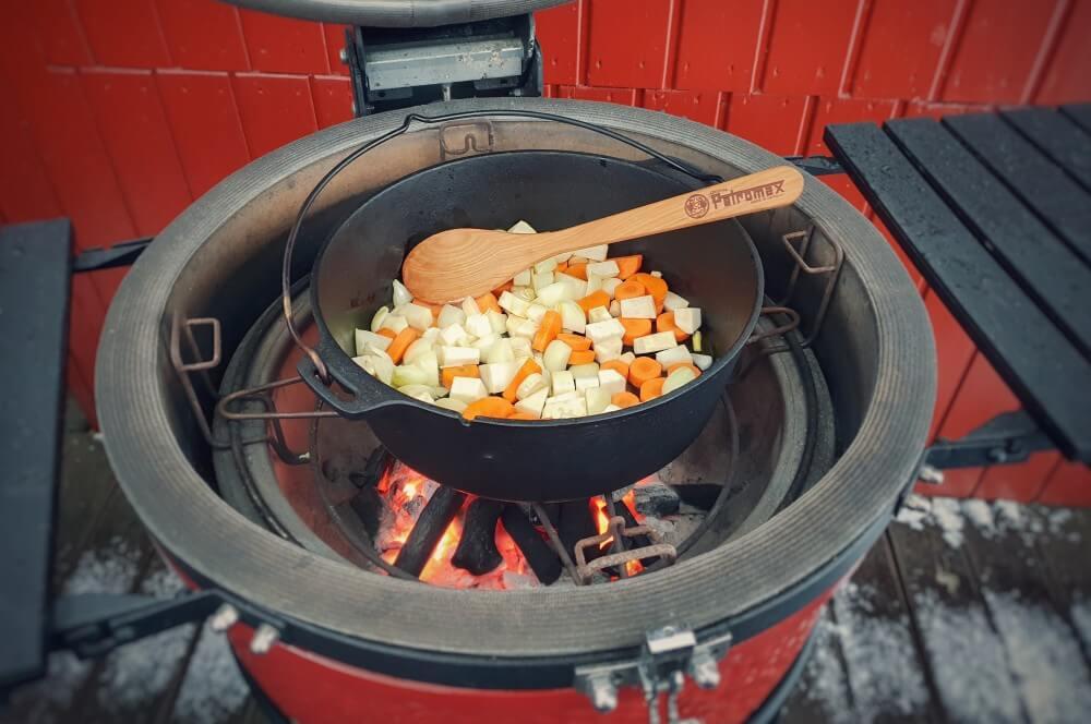 Das Gemüse wird im Gusstopf angebraten krustenbraten vom grill-Krustenbraten vom Grill Bayerischer Schweinebraten 02-Krustenbraten vom Grill mit Dunkelbiersoße bayerischer Art