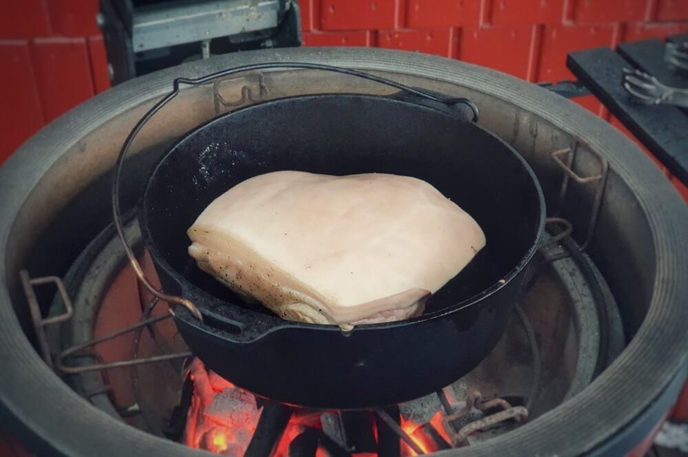 Der Krustenbraten wird rundherum angeröstet krustenbraten vom grill-Krustenbraten vom Grill Bayerischer Schweinebraten 03-Krustenbraten vom Grill mit Dunkelbiersoße bayerischer Art