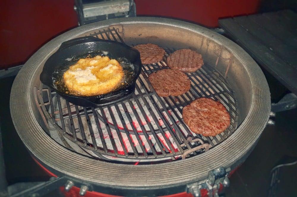 Die Buns werden auf dem Grill frittiert mac and cheese bun burger-Mac and Cheese Bun Burger 04-Mac and Cheese Bun Burger mac and cheese bun burger-Mac and Cheese Bun Burger 04-Mac and Cheese Bun Burger