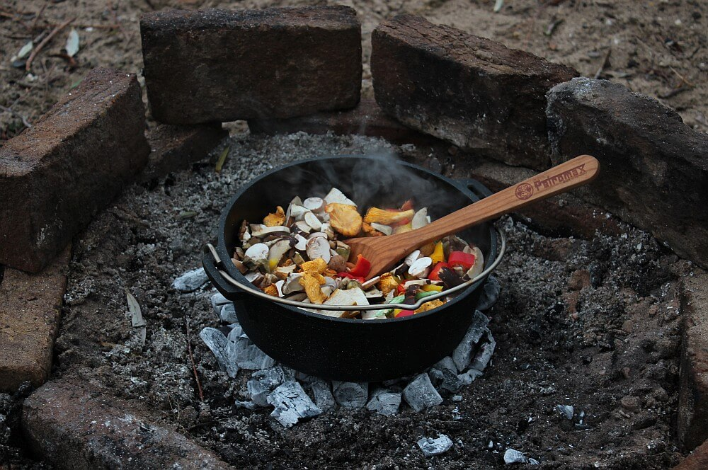 Waldpilz-Chili in der Glut waldpilz-chili-Waldpilz Chili Dutch Oven RibEye 03-Waldpilz-Chili & RibEye aus dem Feuer