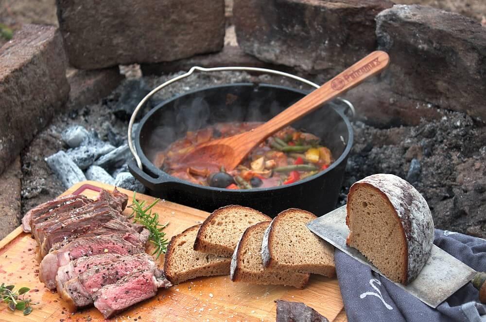 Waldpilz-Chili mit RibEye-Steak und rustikalem Brot waldpilz-chili-Waldpilz Chili Dutch Oven RibEye 05-Waldpilz-Chili & RibEye aus dem Feuer