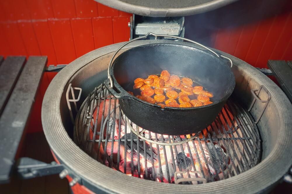 Die Chorizo wird im Feuertopf angebraten jambalaya-Jambalaya kreolische Reispfanne 02-Jambalaya – Kreolische Reispfanne mit Huhn & Shrimps