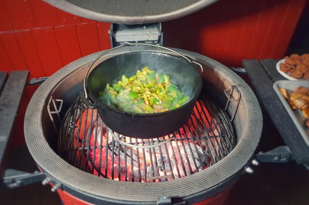 Das Gemüse wird angeröstet jambalaya-Jambalaya kreolische Reispfanne 03-Jambalaya – Kreolische Reispfanne mit Huhn & Shrimps