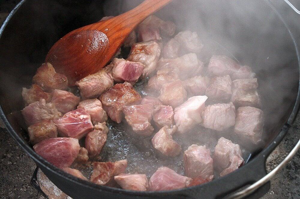Das Fleisch wird im Dutch Oven angebraten braumeister-schmortopf-Braumeister Schmortopf Dutch Oven 03-Braumeister-Schmortopf aus dem Dutch Oven