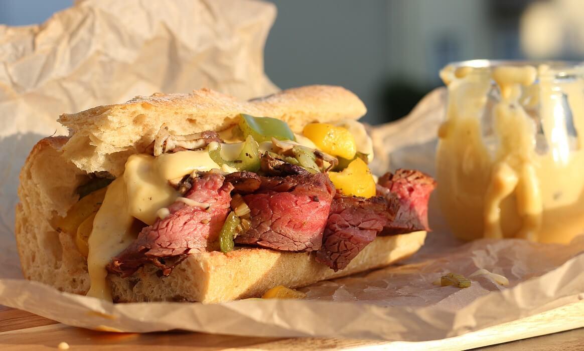 Flank Steak Sandwich mit Chili-Cheese-Sauce flank steak sandwich-Flank Steak Sandwich Chili Cheese Sauce-Flank Steak Sandwich mit Chili-Cheese-Sauce