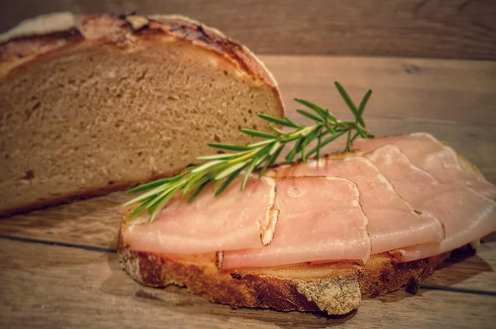 Geräucherter Lachsschinken auf frischem Brot lachsschinken-Lachsschinken geraeucherter Schweinelachs 05-Lachsschinken – Anleitung & Rezept für geräucherten Schweinelachs