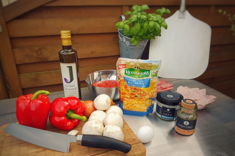 Все ингредиенты для пиццы Calzone с первого взгляда calzone-Calzone фаршированная пицца Moesta Pizzaring 01-Calzone & #8211; фаршированная пицца итальянского типа