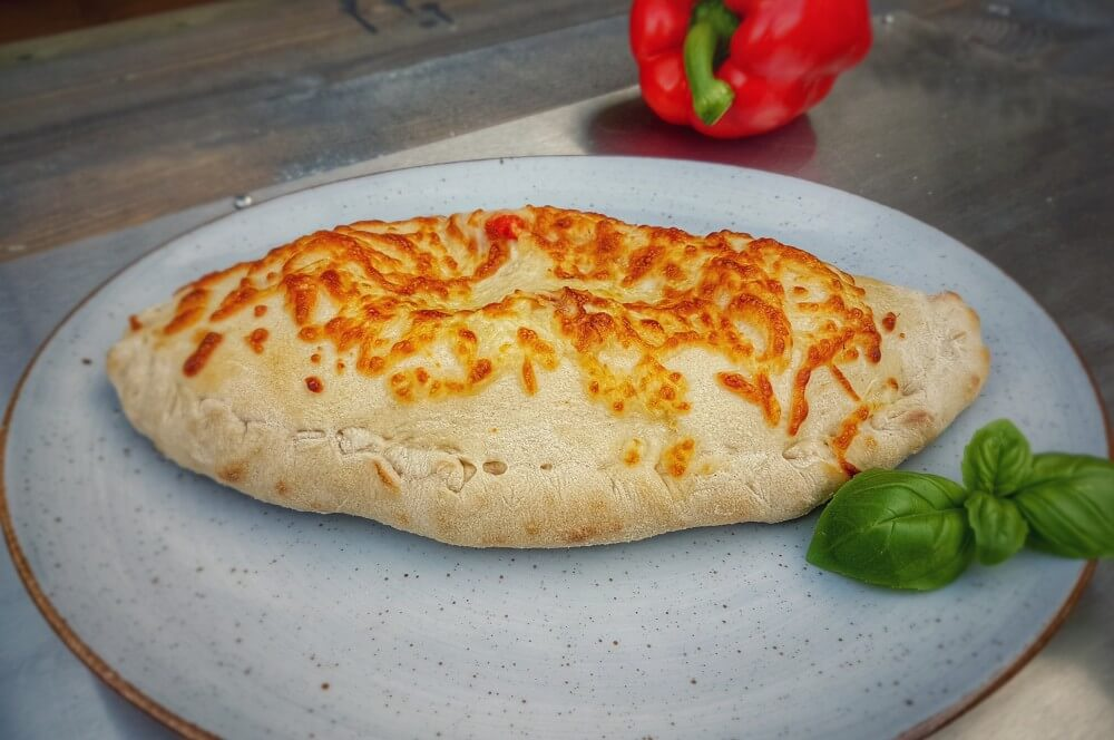 Die fertige Calzone vom Grill calzone-Calzone gefuellte Pizza Moesta Pizzaring 05-Calzone – Gefüllte Pizza italienischer Art