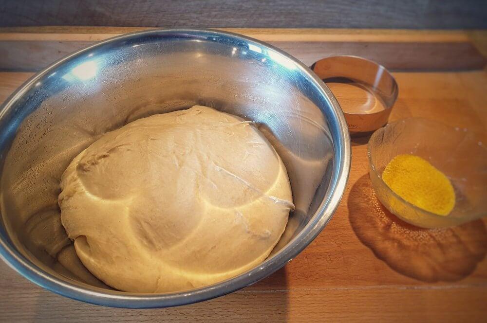 Der Teig muss abgedeckt für 2 Stunden ruhen toasties-Toasties englische Toastbroetchen 02-Toasties – Rezept für englische Toastbrötchen (English Muffins)