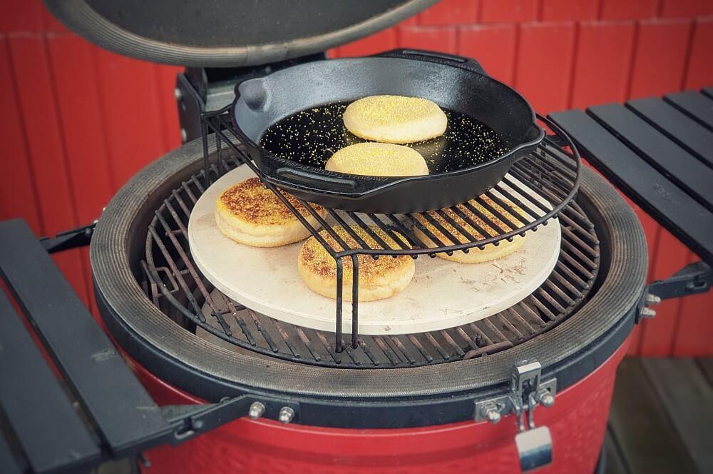 Die English Muffins werden im Kamado Joe Keramikgrill gebacken toasties-Toasties englische Toastbroetchen 04-Toasties – Rezept für englische Toastbrötchen (English Muffins)