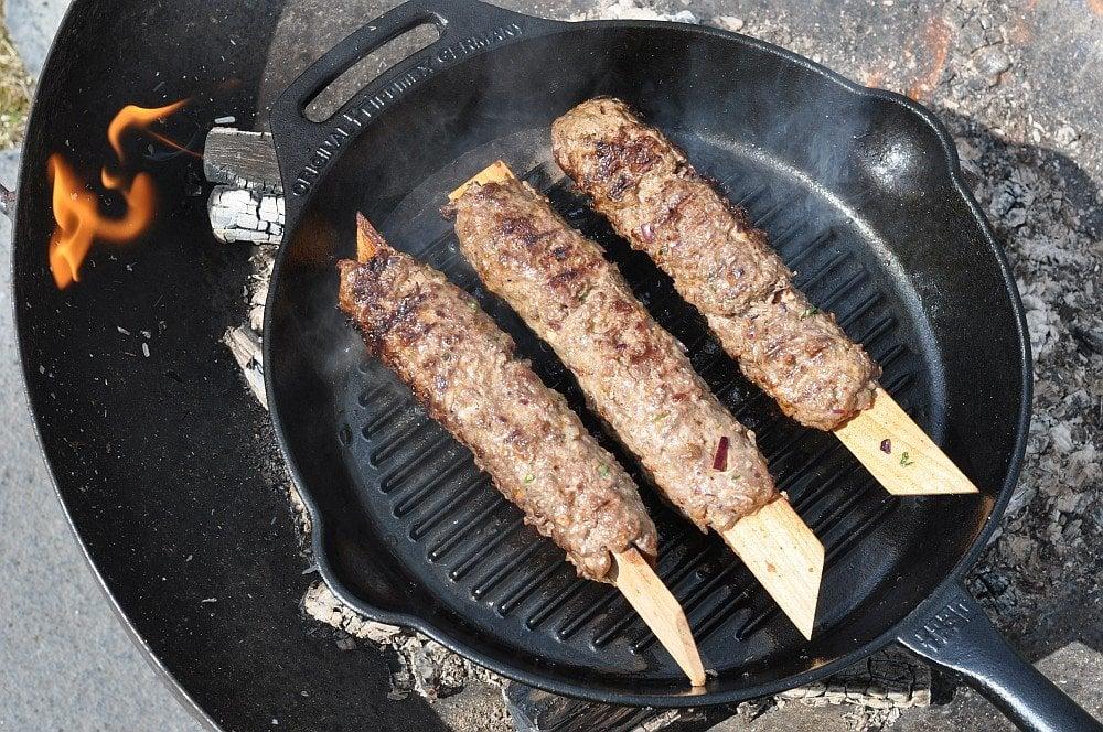 Die Kebap-Spieße werden in der Grillpfanne zubereitet adana kebap-Adana Kebap 03-Adana Kebap mit Minz-Joghurt adana kebap-Adana Kebap 03-Adana Kebap mit Minz-Joghurt