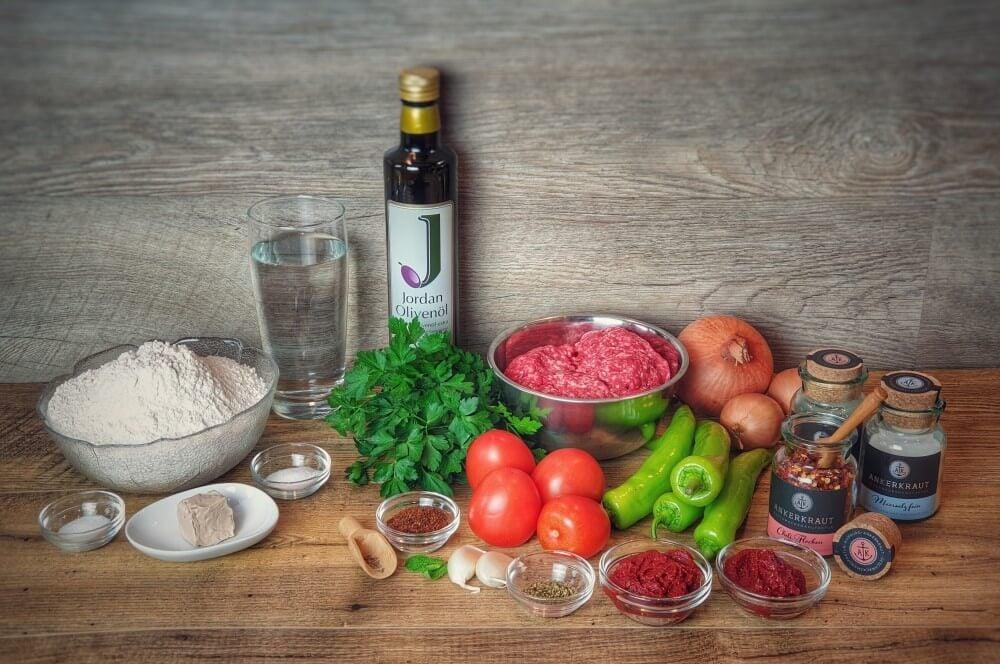 Alle Zutaten für Lahmacun auf einen Blick lahmacun-Lahmacun tuerkische Pizza 01-Lahmacun – Rezept für türkische Pizza