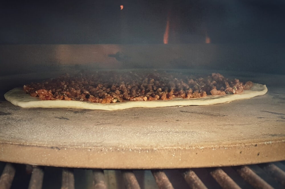 Die türkische Pizza wird auf dem Pizzastein gebacken lahmacun-Lahmacun tuerkische Pizza 05-Lahmacun – Rezept für türkische Pizza