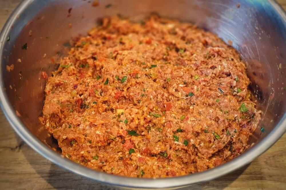 Die Hackfleischmasse ist fertig lahmacun-Lahmacun tuerkische Pizza 08-Lahmacun – Rezept für türkische Pizza