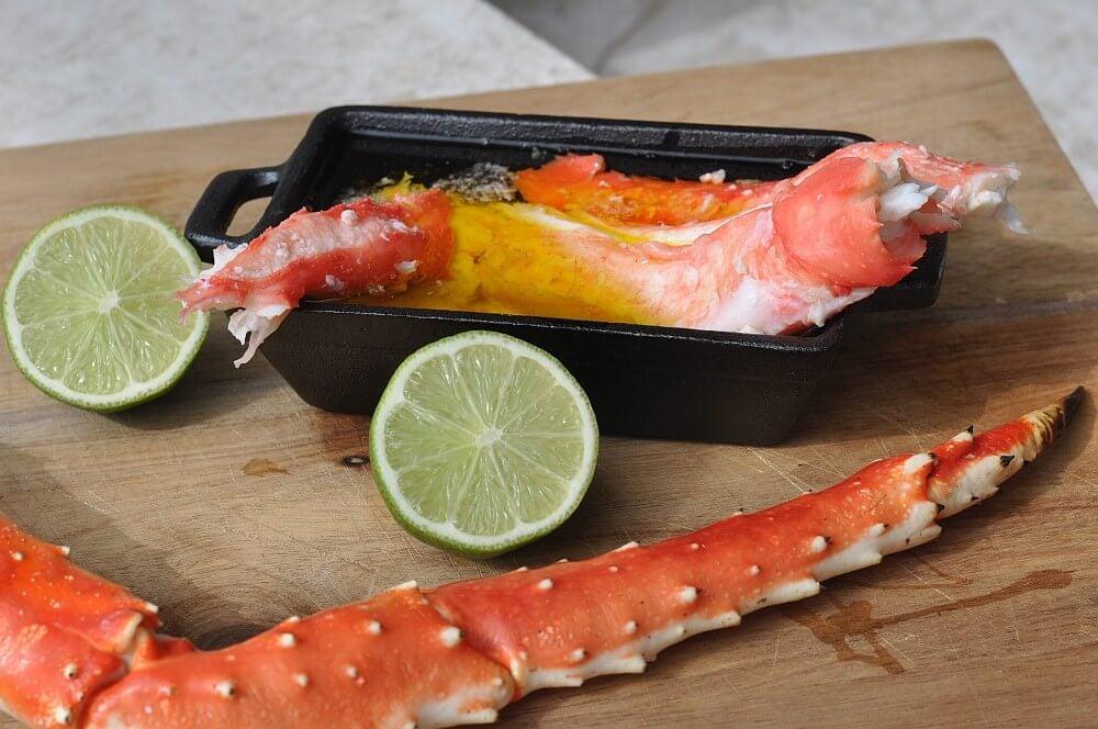 King Crab Legs in flüssiger Limettenbutter king crab legs-King Crab Legs Koenigskrabbe 03-King Crab Legs – Königskrabbe vom Grill