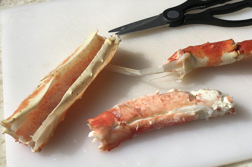 Das Fleisch wird vorsichtig aus der Schale geholt king crab legs-King Crab Legs Koenigskrabbe 04-King Crab Legs – Königskrabbe vom Grill