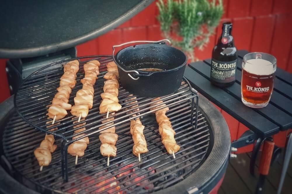 Die Hähnchenspieße werden gegrillt hähnchenspieße-H C3 A4hnchenspiesse Honig Kellerbier Glasur 03-Hähnchenspieße mit Honig-Bier-Glasur