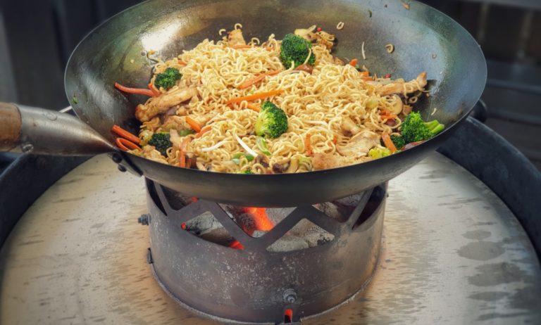 Chinesische gebratene Nudeln mit Hähnchenbrust