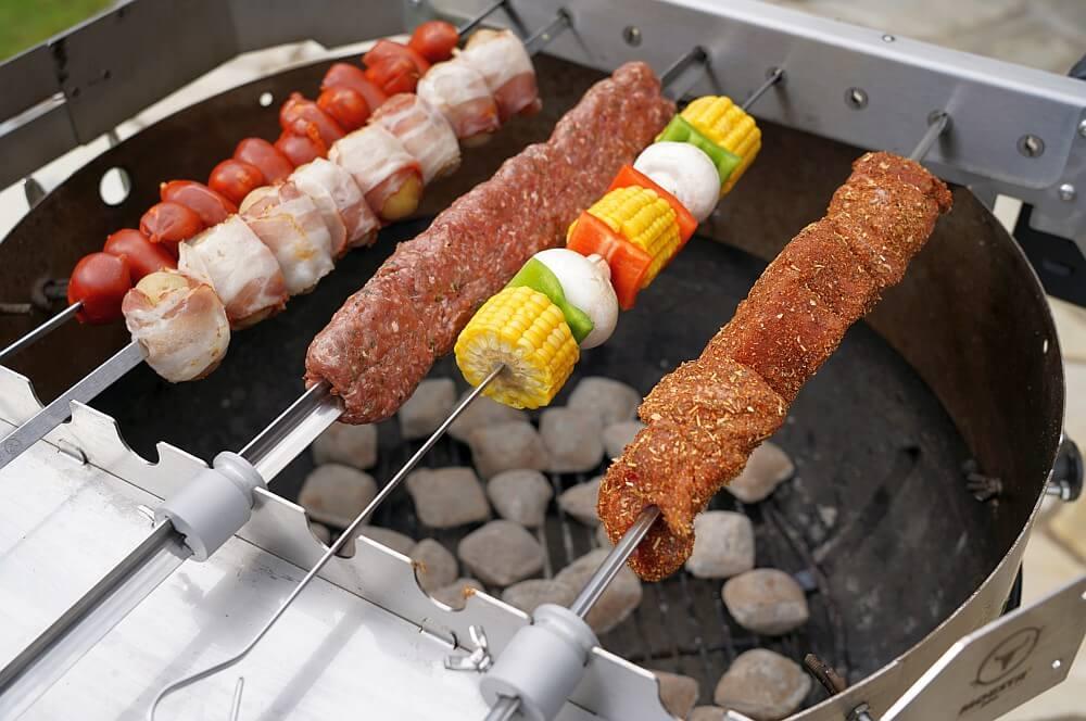 Gemischte Spieße auf dem Kugelgrill turnado-Turnado Moesta BBQ Test 08-Turnado von Moesta-BBQ – Elektrischer Spießdreher für Kugelgrills