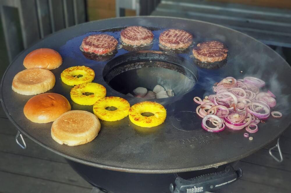Gegrillt wird auf der BBQ Disk Feuerplatte von Moesta-BBQ big kahuna burger-Big Kahuna Burger Pulp Fiction 02-Big Kahuna Burger – Der Burger aus Pulp Fiction big kahuna burger-Big Kahuna Burger Pulp Fiction 02-Big Kahuna Burger – Der Burger aus Pulp Fiction