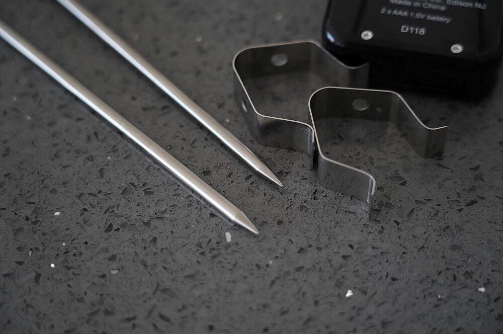 Zwei Hybridfühler mit Grillrostklammern sind dabei maverick xr-40-Maverick XR 40 Funkthermometer Test 03-Maverick XR-40 im Test – Funkthermometer mit 150 m Reichweite