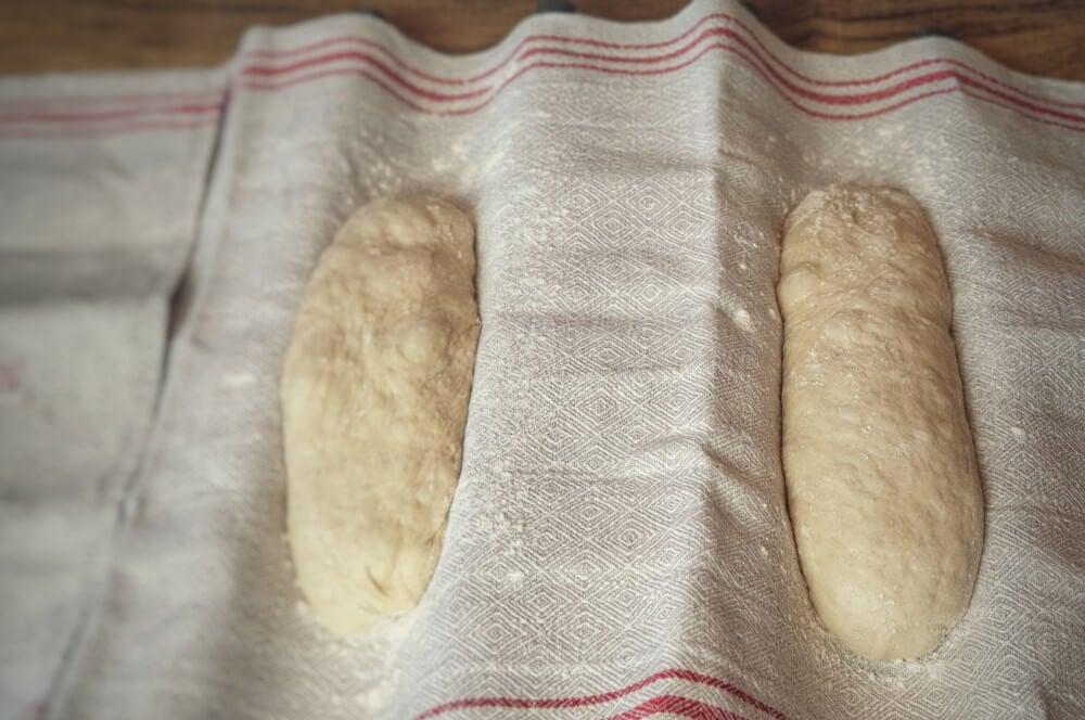 Die Teiglinge für das Subway Brot ruhen 45 Minuten subway brot-Subway Brot Parmesan Oregano Baguette 06-Subway Brot – Rezept für Parmesan-Oregano Baguette