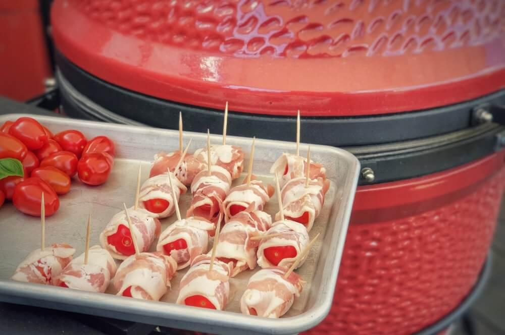Der Bacon wird mit Zahnstochern fixiert bacon-tomaten-Gesmokte Kirschtomaten im Speckmantel 02-Bacon-Tomaten – Gesmokte Kirschtomaten im Speckmantel