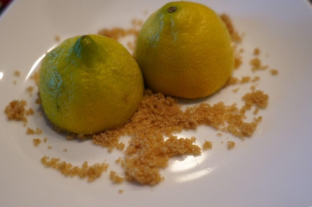Die Zitronenhälften werden in braunen Zucker gedrückt gin sour-Gin Sour gegrillte Zitrone 02-Gin Sour – Cocktail mit gegrillter Zitrone