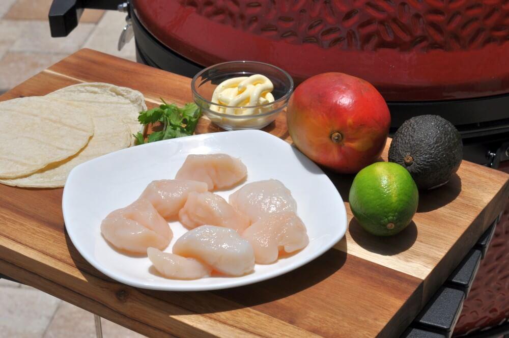 Alle Zutaten für den Jakobsmuschel-Taco auf einen Blick jakobsmuschel-taco-Jakobsmuschel Taco 01-Jakobsmuschel-Taco mit Avocado-Mango-Salsa