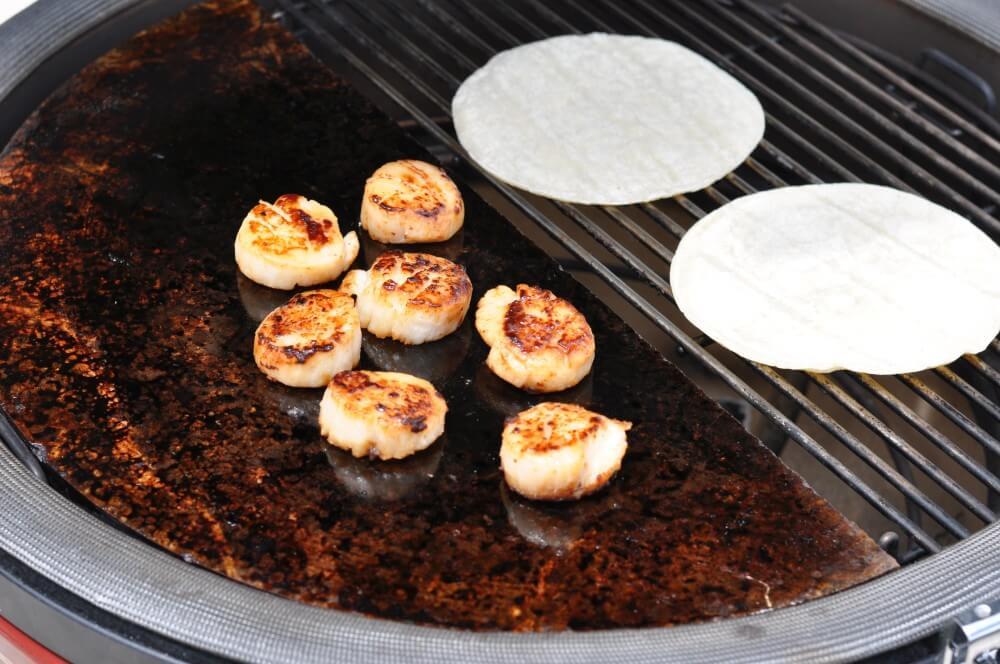 Die Kammuscheln werden auf dem Speckstein gegrillt jakobsmuschel-taco-Jakobsmuschel Taco 02-Jakobsmuschel-Taco mit Avocado-Mango-Salsa