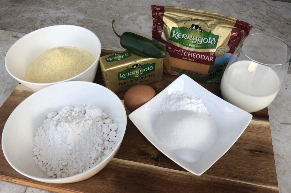 Alle Zutaten für die Cornbread-Muffins auf einen Blick cornbread-muffins-Cornbread Muffins Maisbrot Cheddar Jalapeno 01-Cornbread-Muffins – Maisbrot-Muffins mit Cheddar und Jalapenos