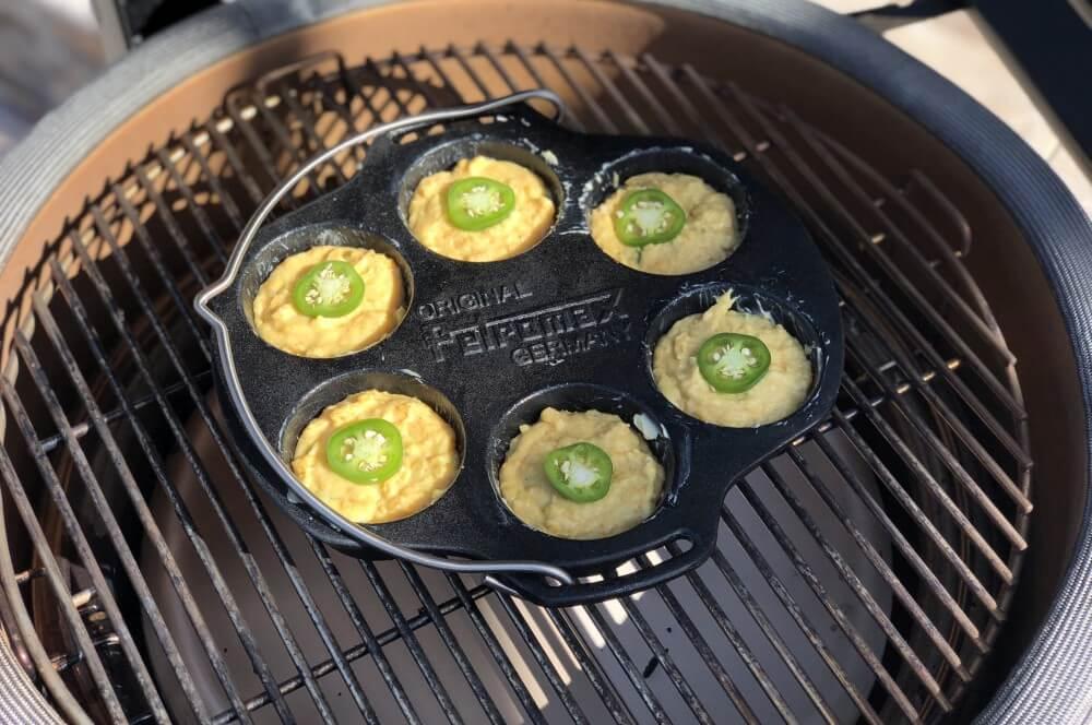 Die Cornbread-Muffins werden auf dem Kamado Joe gebacken cornbread-muffins-Cornbread Muffins Maisbrot Cheddar Jalapeno 04-Cornbread-Muffins – Maisbrot-Muffins mit Cheddar und Jalapenos