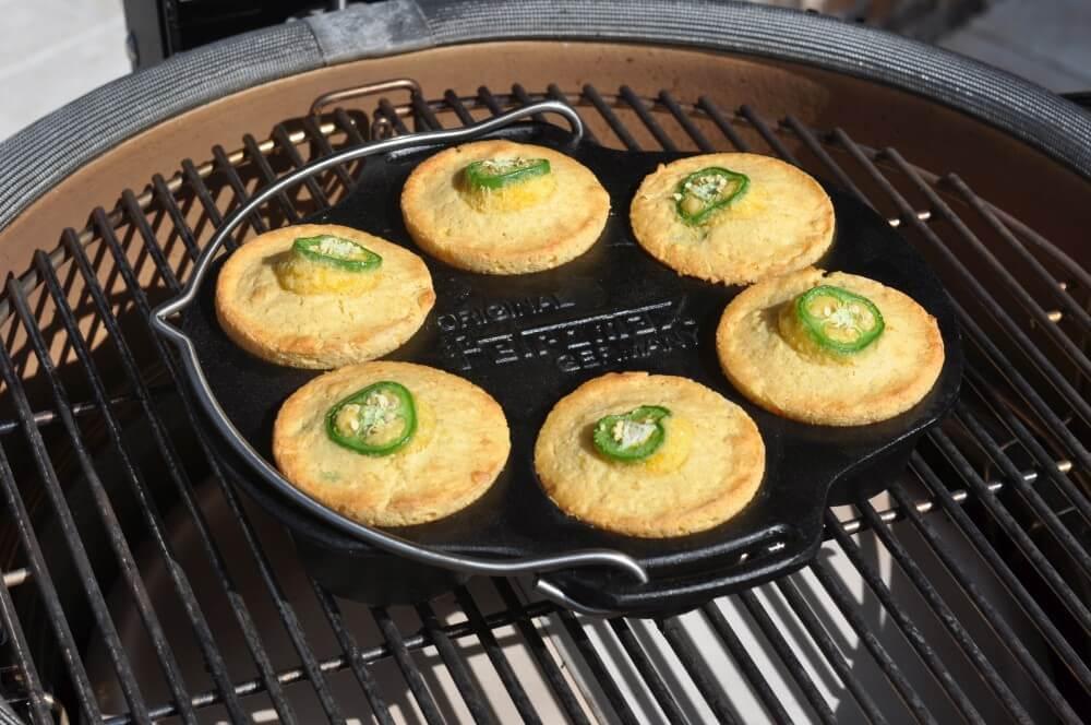 Cornbread-Muffins aus der Petromax Muffinform mf6 cornbread-muffins-Cornbread Muffins Maisbrot Cheddar Jalapeno 05-Cornbread-Muffins – Maisbrot-Muffins mit Cheddar und Jalapenos