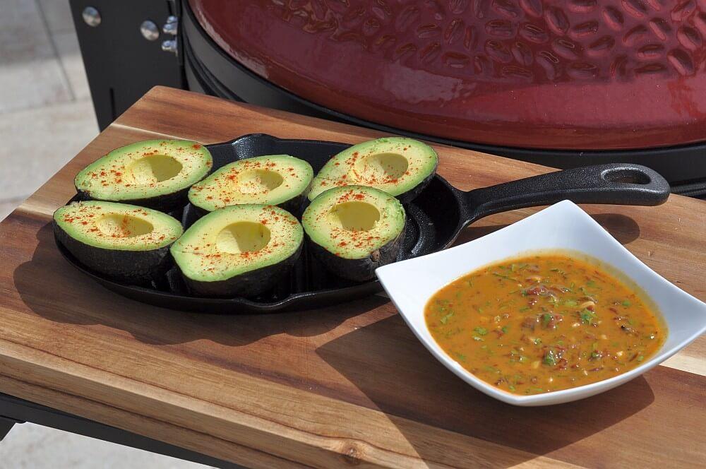 Die Avocados sind bereit für den Grill gegrillte avocado-Gegrillte Avocado Pura Vida Sauce 02-Gegrillte Avocado mit Pura Vida Sauce