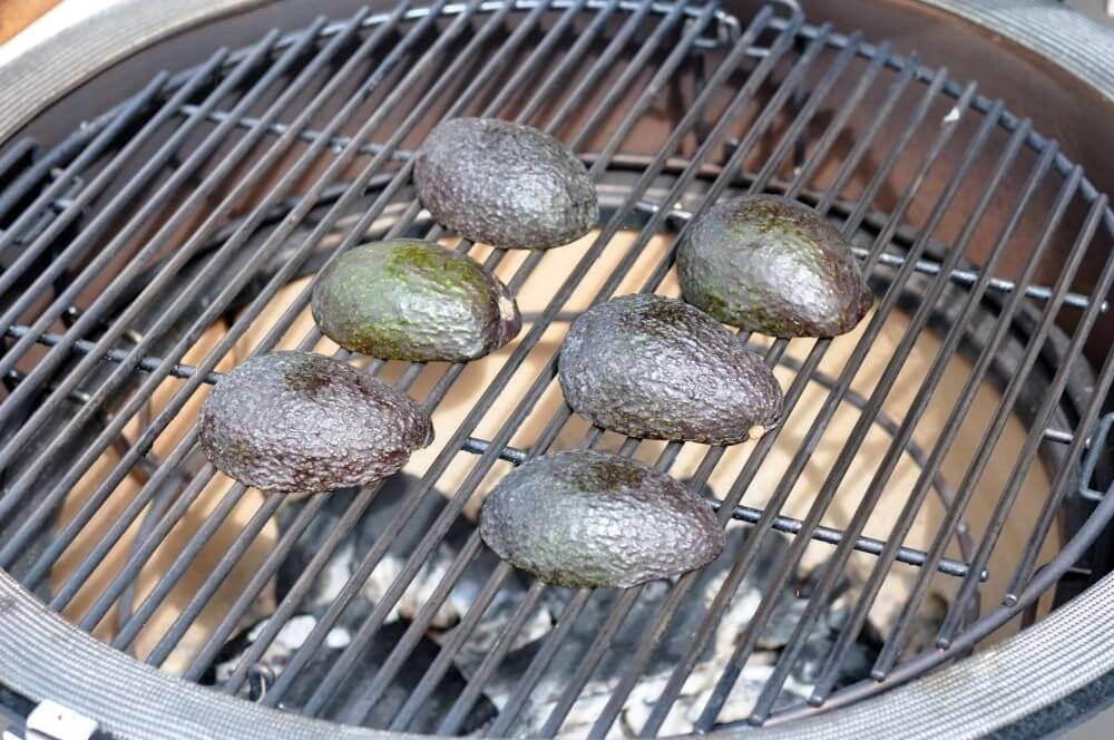 Die Avocados werden direkt gegrillt gegrillte avocado-Gegrillte Avocado Pura Vida Sauce 03-Gegrillte Avocado mit Pura Vida Sauce