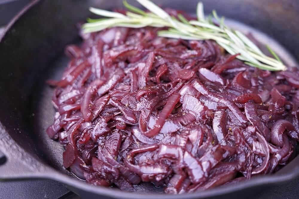 Rotweinzwiebeln in der Feuerpfanne rotweinzwiebeln-Rotweinzwiebeln 05-Rotweinzwiebeln | Rezept & Anleitung zum selber machen