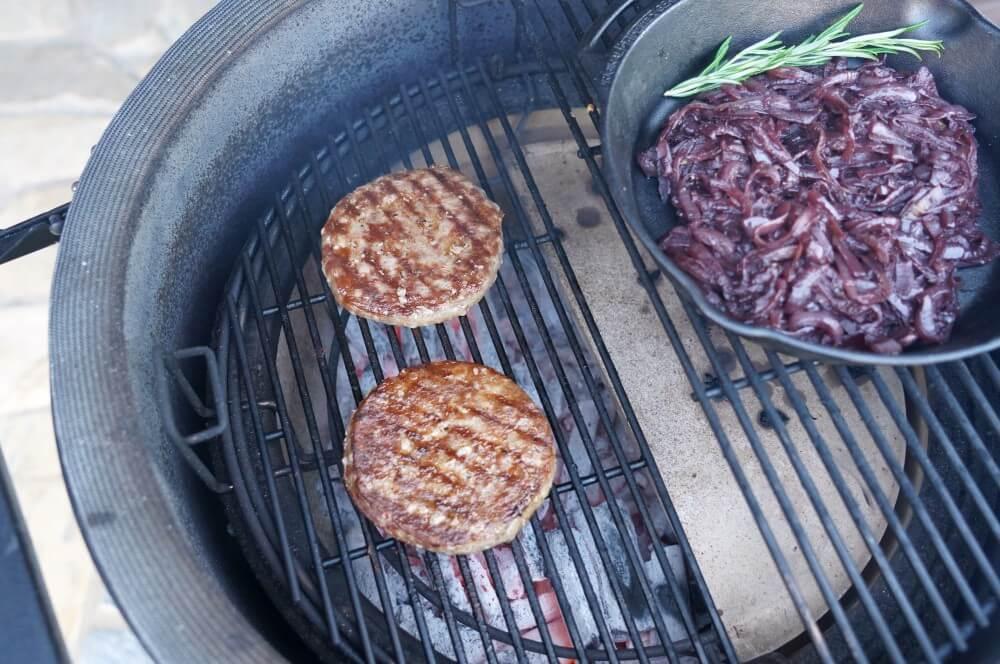 Die Burger Patties werden direkt gegrillt vintage cheddar burger-Vintage Cheddar Burger 02-Vintage Cheddar Burger | Kerrygold Cheddar Burger Challenge 2019