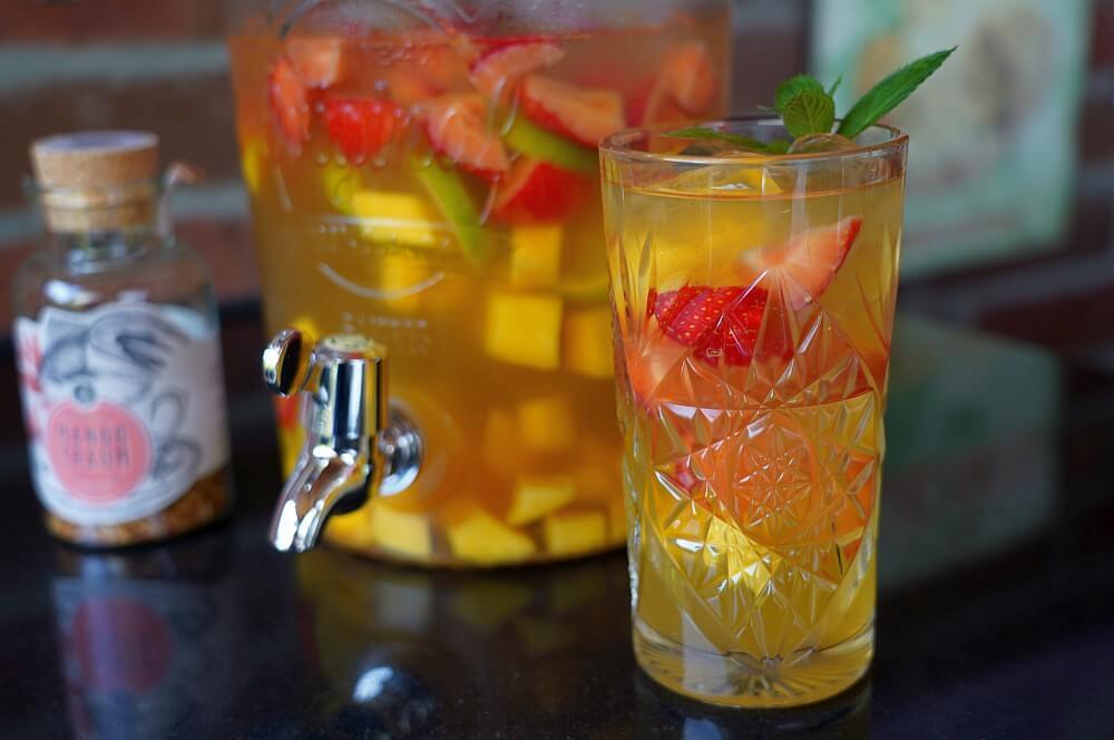 Alkoholfreie Bowle mit Mangotee alkoholfreie bowle-Alkoholfreie Bowle Mango Erdbeere 01-Alkoholfreie Bowle mit Mango, Erdbeeren und Limette