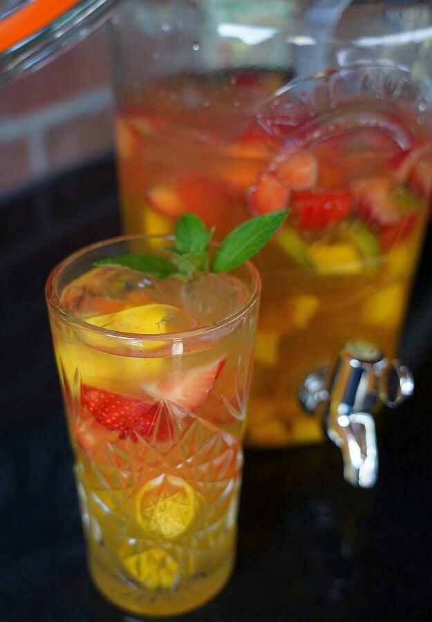 Alkoholfreie Bowle mit Mango, Erdbeeren und Limette alkoholfreie bowle-Alkoholfreie Bowle Mango Erdbeere 02-Alkoholfreie Bowle mit Mango, Erdbeeren und Limette