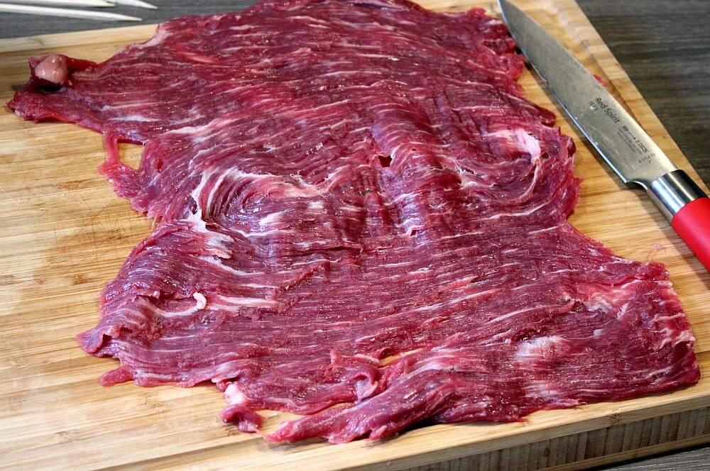 Das Flank Steak wird aufgeschnitten flank steak lollies-Flank Steak Lollies Rucola Cheddar 03-Flank Steak Lollies mit Cheddar und Rucola