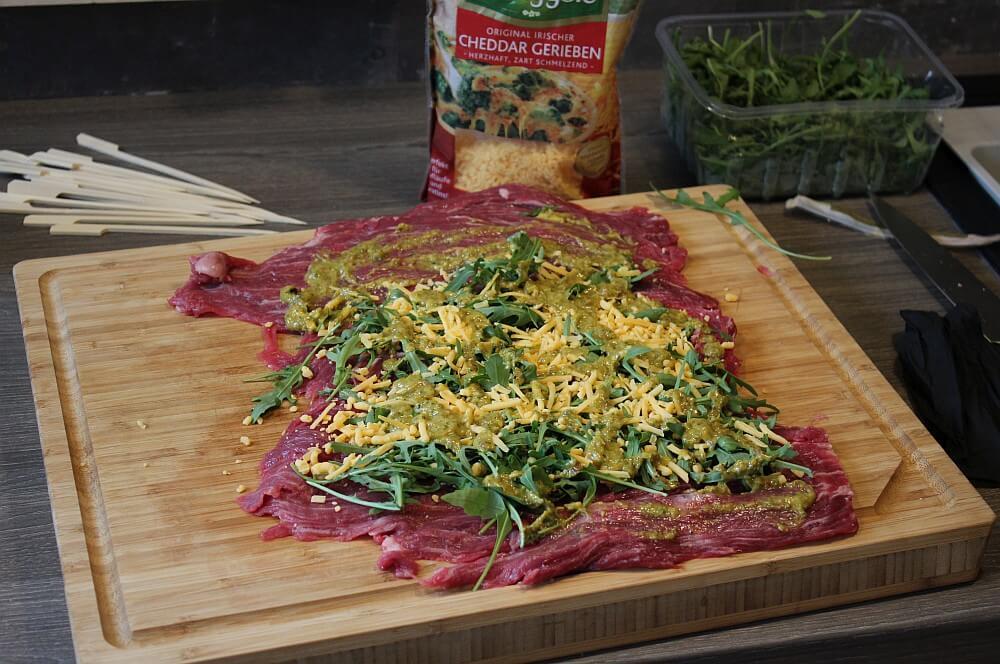 Die Füllung wird aufgetragen flank steak lollies-Flank Steak Lollies Rucola Cheddar 04-Flank Steak Lollies mit Cheddar und Rucola