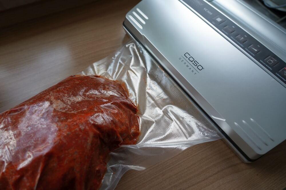 Der Schweinnacken wird vakuumiert pulled pork vom gasgrill-Pulled Pork vom Gasgrill 03-Pulled Pork vom Gasgrill – So gelingt es garantiert