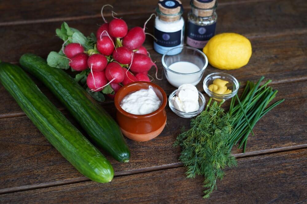 Alle Zutaten für den Radieschen-Gurkensalat auf einen Blick radieschen-gurkensalat-Radieschen Gurkensalat 01-Radieschen-Gurkensalat mit Joghurt-Sahne-Dressing